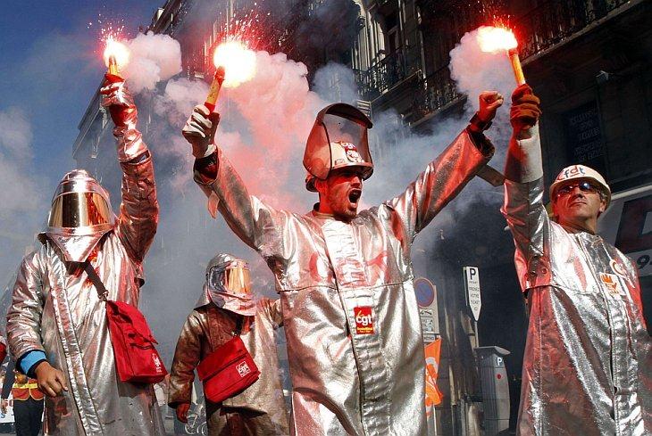 Рабочие-сталевары с завода ArcelorMittal в защитных костюмах на демонстрации против повышения пенсионного возраста с 60 до 62 лет