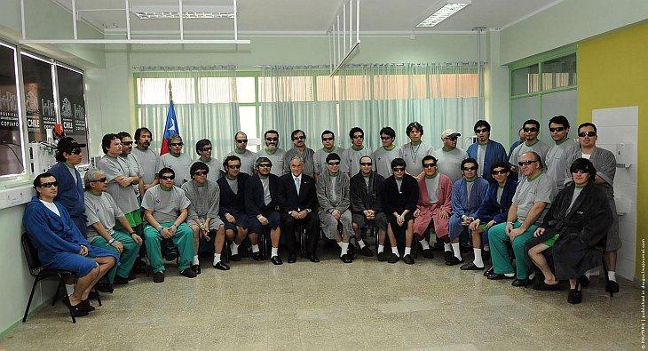 Все тридцать три спасенных шахтера и президент Чили Себастьян Пиньера в клинике, где горняки проходят медицинское обследование