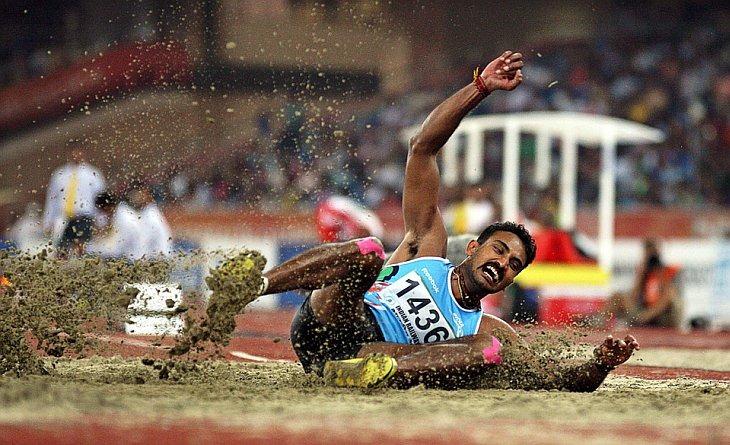 Renjith Maheswary из Индии на соревнованиях в тройном прыжке на Играх Содружества в Нью-Дели выиграл бронзовую медаль
