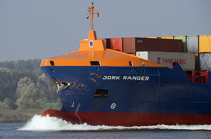 Кипрский грузовой корабль Jork Ranger идет в порт в Роттердаме