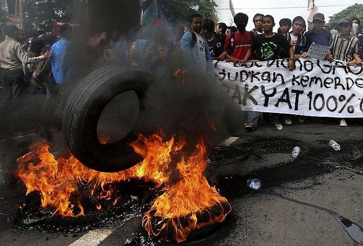 Сотни людей протестуют около президентского дворца Индонезии
