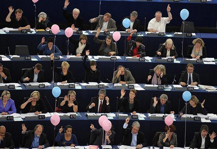 Члены Европейского Парламента голосуют во время заседания в Страсбурге