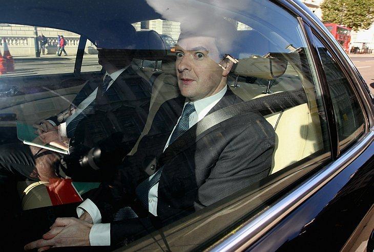Министр финансов Джордж Осборн едет по Даунинг стриит в Лондоне