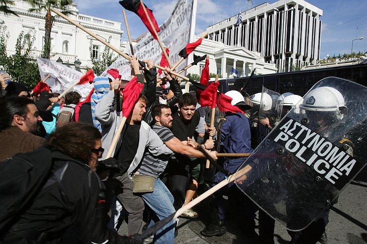 Студенты столкнулись с полицией около парламента Греции в Афинах в знак протеста против политики правительства в образовании