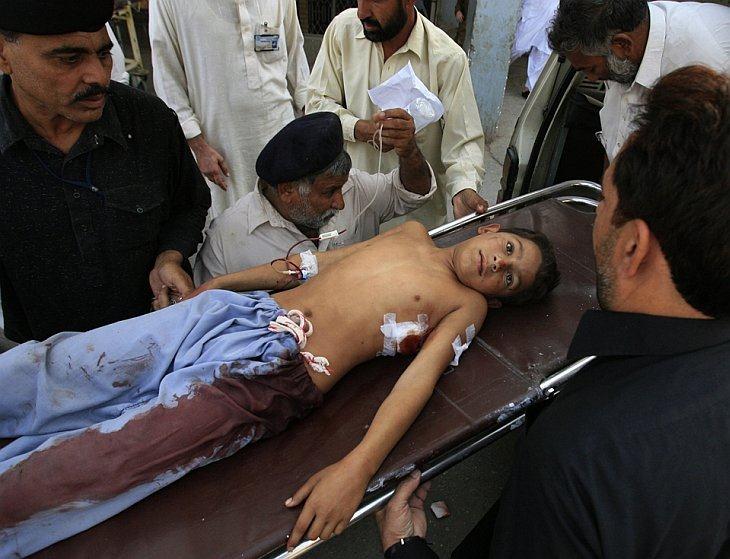 Мальчик, который был ранен в результате взрыва в мечети, лежит в больнице в Пешаваре, Пакистан