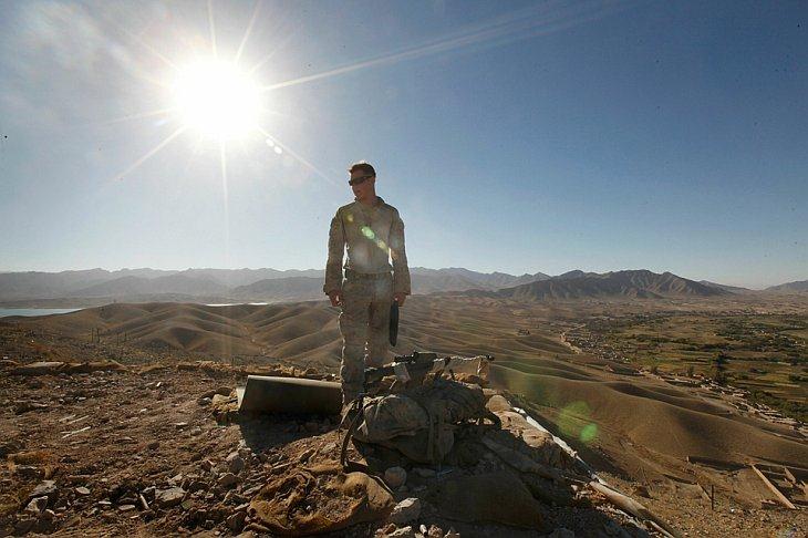 Американский морской капрал Иаков Хоаг обустраивает снайперскую позицию