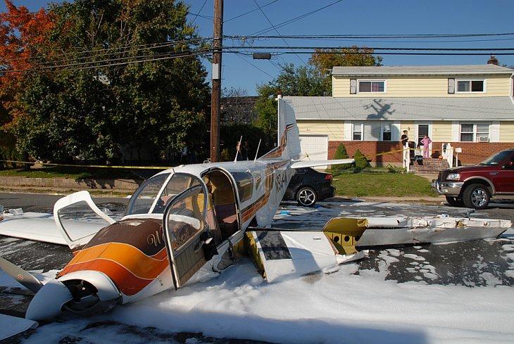 Одномоторный самолет разбился в Восточном Фармингдейл, Нью-Йорк