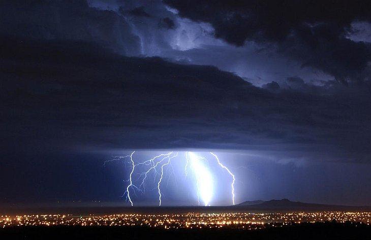 Разряды молнии над Палмдейл, Калифорния