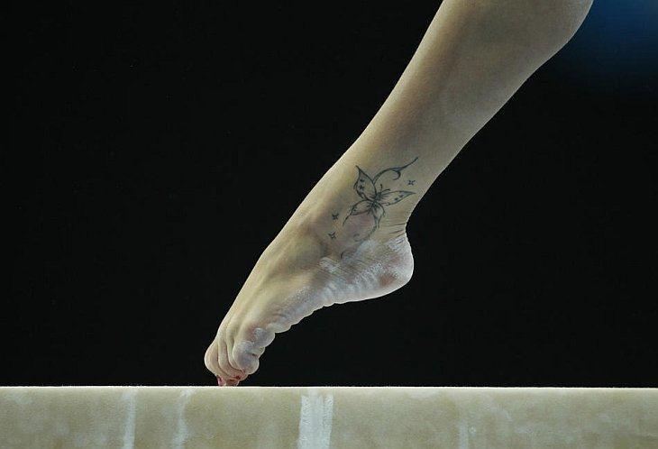 Татуировка в виде бабочки на ноге Ванессы Феррари из Италии
