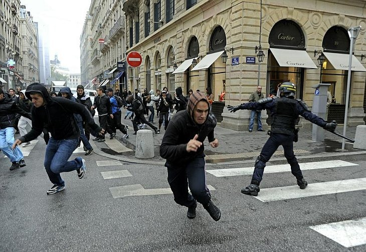 Французская молодежь разбегается от полицейских в Леоне