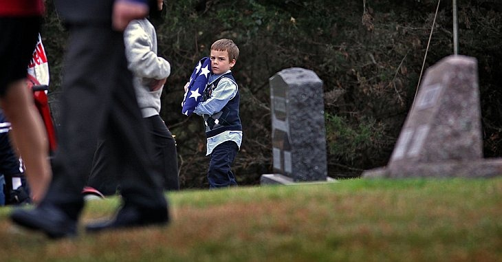 Коннер Ог держит американский флаг