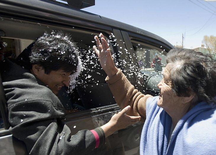 Женщина бросила конфетти в президента Боливии Эво Моралеса в Уюни
