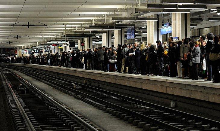 Пассажиры ждут поезда во вторник 20 октября на станции Сен-Лазар в Париже