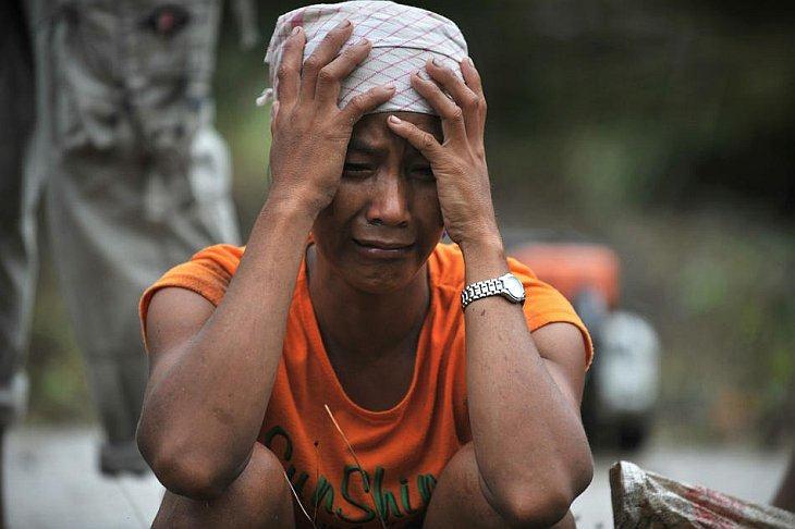 Женщина оплакивает своего родственника на острове Северный Пагай