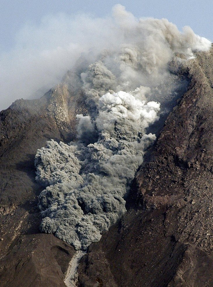 Вулкан Мерапи извергает пирокластический поток, остров Ява, Индонезия