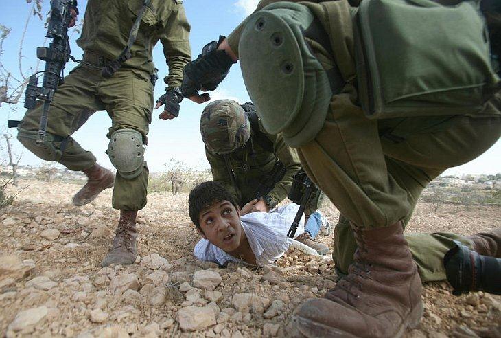 Палестинец арестован израильскими солдатами за бросание камней