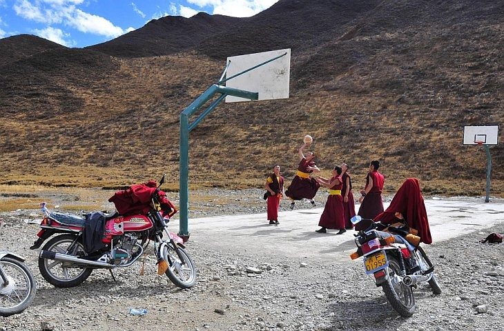 Монахи играют в баскетбол вблизи монастыря в деревне Джиуши
