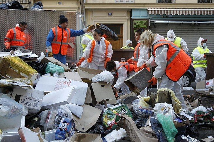 Рабочие Марселя начали убирать около 9000 тонн мусора