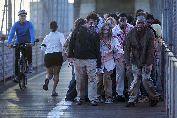 Зомби позирует для фотографов на Бруклинском мосту в Нью-Йорке