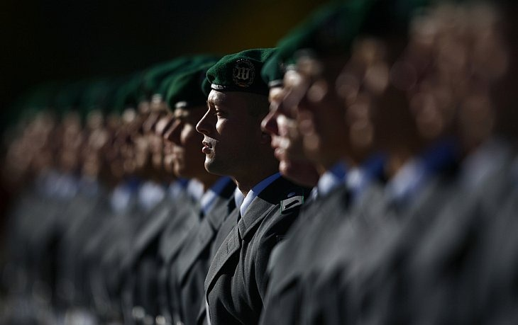 Немецкий почетный караул выстроился на торжественной церемонии в Берлине