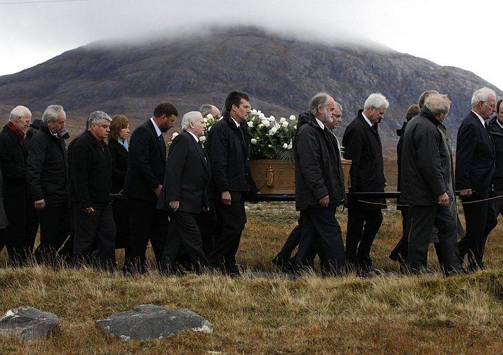 Скорбящие несут гроб с телом 36-летней Линды Норгров