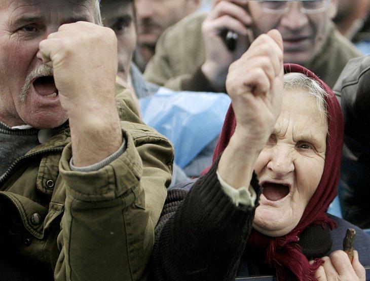 Румыны кричат антиправительственные лозунги во время акции протеста в Бухаресте
