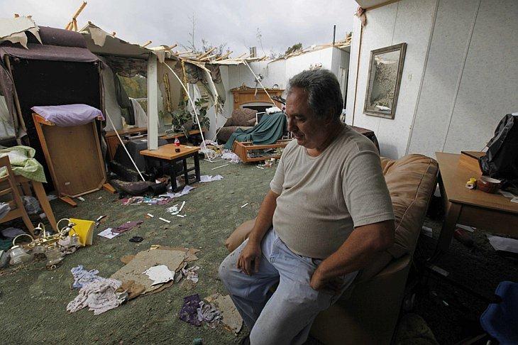 Джек Хамбрик сидит внутри своего дома в городе Вейл