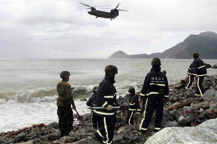 Солдаты ищут тела вдоль шоссе № 9 в Тайване