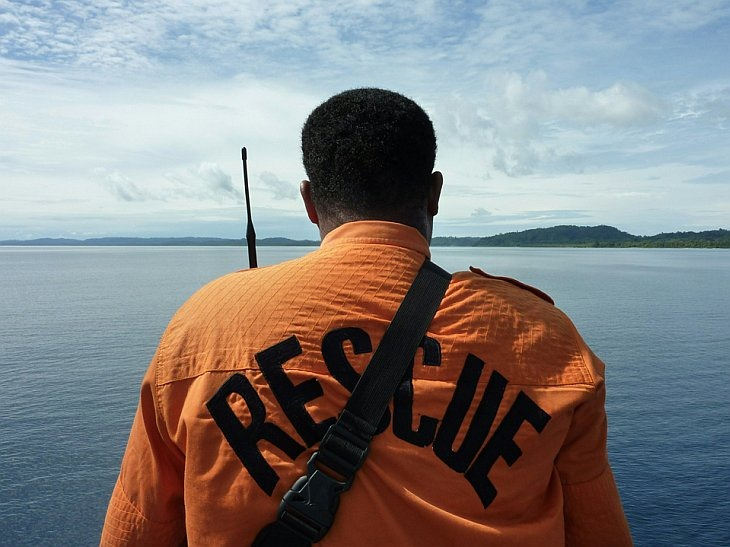 Спасатель смотрит на остров Северный Пагай