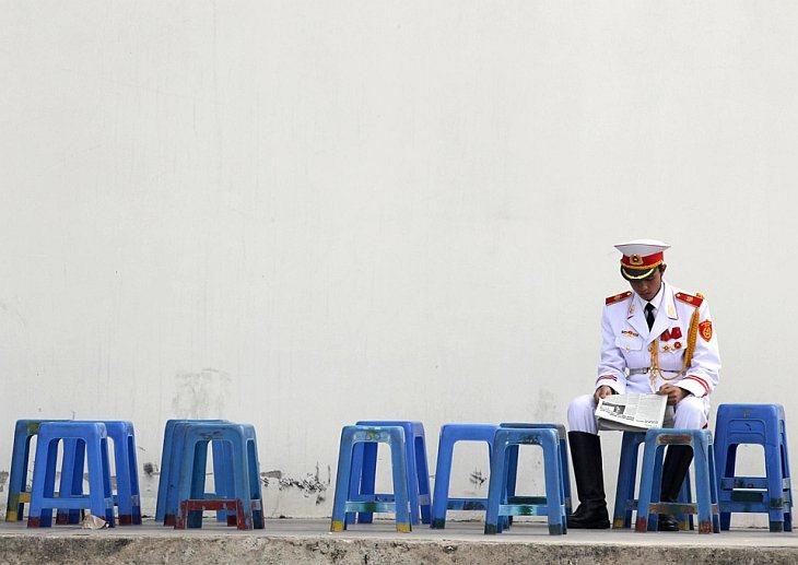 Солдат роты почетного караула читает газету