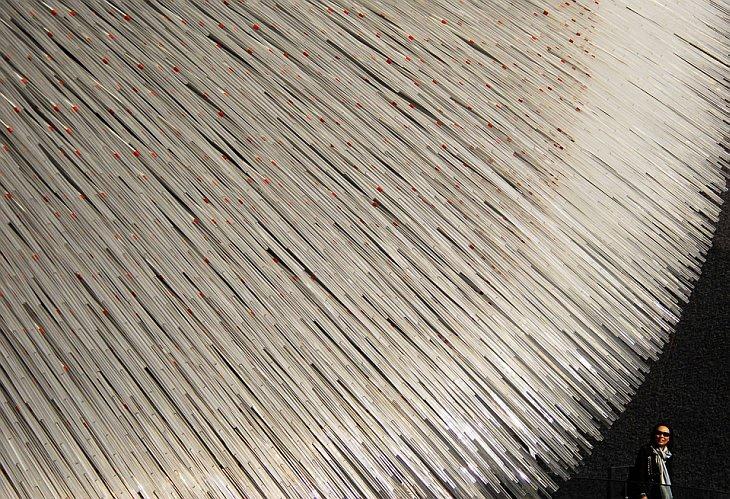Туристка идет мимо павильона Великобритании на выставке World Expo 2010