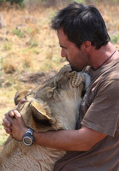 Кевин Ричардсон прижимается к себе львицу.