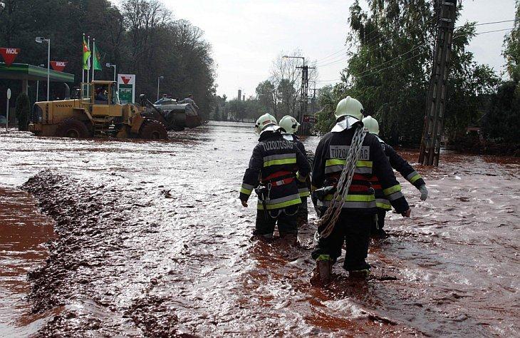 Экологическая катастрофа в Венгрии: токсичные отходы (красный шлам) затопили города