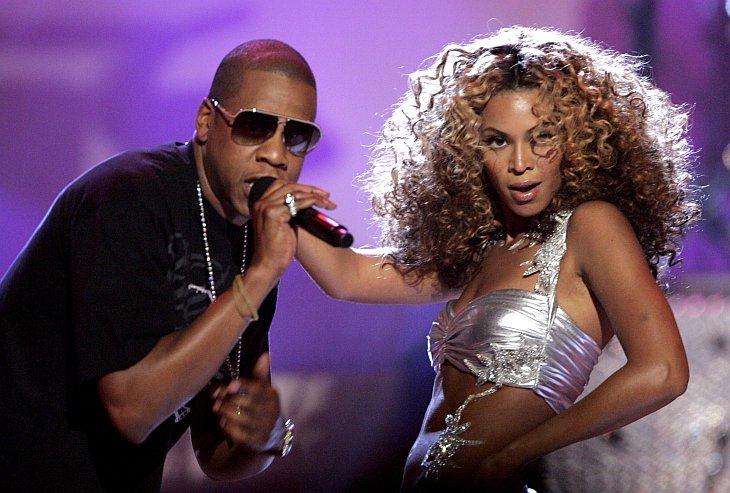 R'N'B певица Бейонс (справа) исполняет Дежа вю с рэп-исполнителем Jay-Z в 2006 году