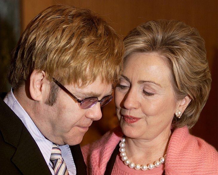 Сэр Элтон Джон (слева) говорит с американским сенатором Хиллари Клинтон (справа)