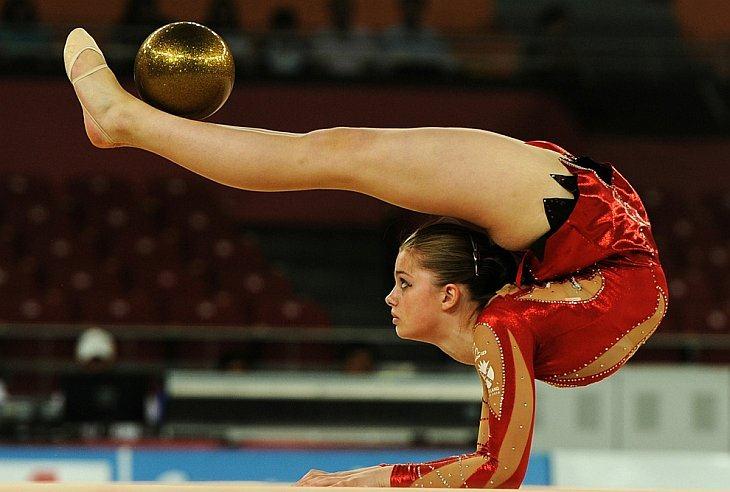 Шотландка Виктория Клоу выступает в финале соревнований по художественной гимнастике