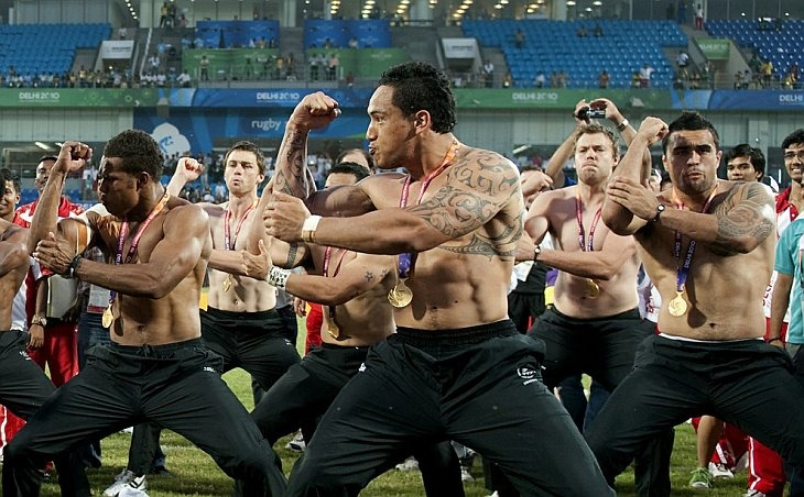 Игроки команды по регби из Новой Зеландии исполняют традиционный танец Хака