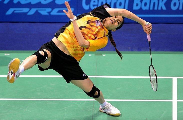 Серебряный призер Вонг Мью Чу из Малайзии выступает против Сайны Ньювал из Индии в одиночном женском финальном матче по бадминтону на XIX Играх Содружества