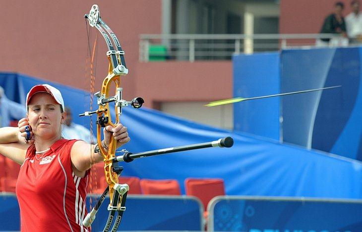 Спортсменка из Англии Ники Хант выпускает стрелу во время женских соревнований по стрельбе из лука в Нью-Дели