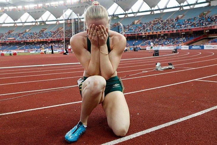 Австралийка Салли Пирсон плачет после победы в женском финале в беге на 100 метров с препятствиями на Игр Содружества в Нью-Дели 11 октября 2010