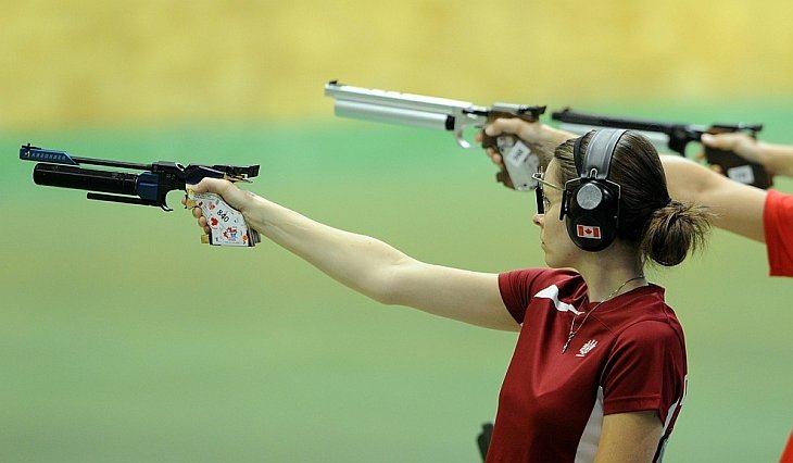 Дороти Людвиг из Канады стреляет во время соревнований женских пар по стрельбе из пневматического пистолета с дистанции 10 метров в Нью-Дели