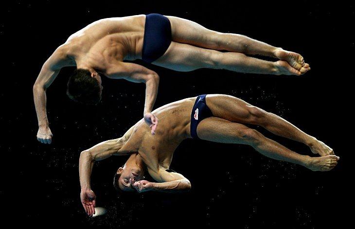 Том Дэйли и Макс Брикоф из Англии в финале соревнований по синхронным прыжкам в воду с 10-метровой вышки 12 октября 2010 года в Нью-Дели, Индия
