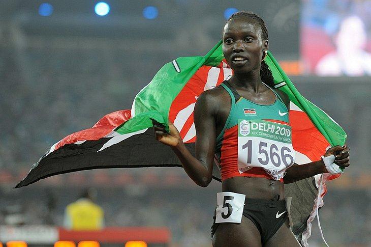 Vivian Cheruiyot из Кении празднует свою победу в финале женских соревнований по легкой атлетике на 5000м на XIX Играх Содружества 12 октября 2010 года в Нью-Дели.