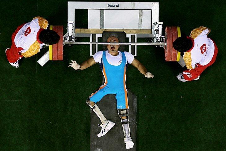 Фарман Баша из Индии в финале соревнования по тяжелой атлетике на спортивный комплексе JN 12 октября 2010 года в Нью-Дели, Индия.
