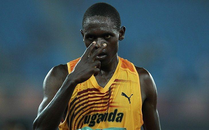 Моисей Кипсиро из Уганды празднует победу в мужском финале в беге на  10,000 метров на стадионе Джавахарлала Неру 11 октября 2010 года в Нью-Дели, Индия.