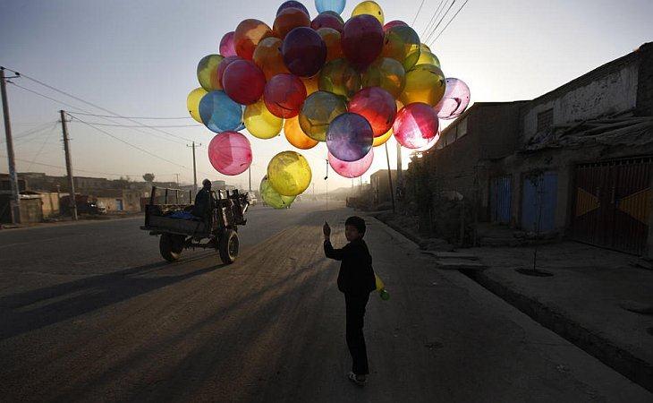 Афганский мальчик продает шары в Кабуле