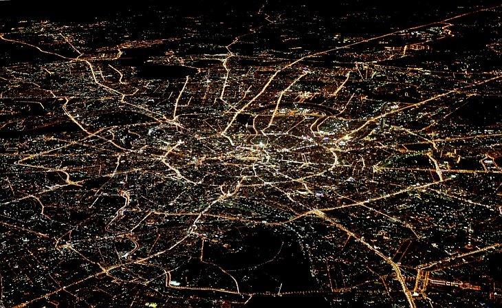 Фары, светофоры и здания освещают паутину Москвы