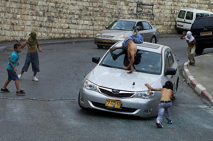 Израильский автолюбитель сбивает палестинского подростка