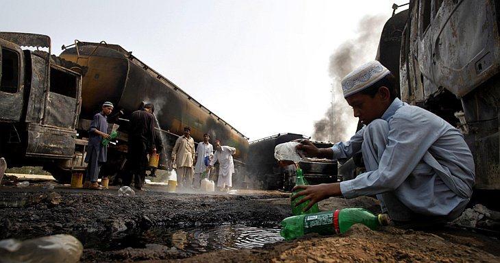 Жители собирают бензин из бензовоза