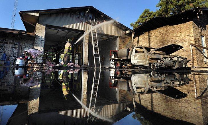 Пожарный тушит здание в Луизиане44